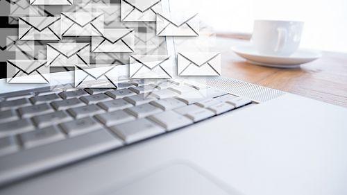 Laptop mit vielen Briefumschlägen