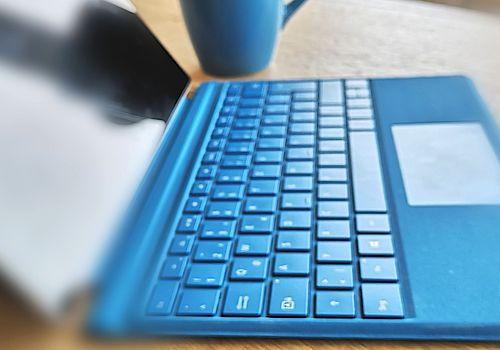 Blaue Laptop Tastatur auf Besprechungstisch bei werning.com