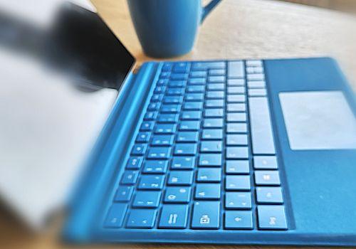 Ausschnitt einer Laptop Tastatur in blau